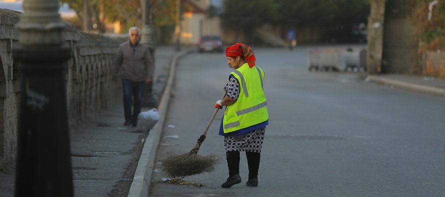 Հուսահատ կենսաթոշակառուները վտանգում են իրենց կյանքը՝ մաքրելով նավթով հարուստ Բաքվի փողոցները